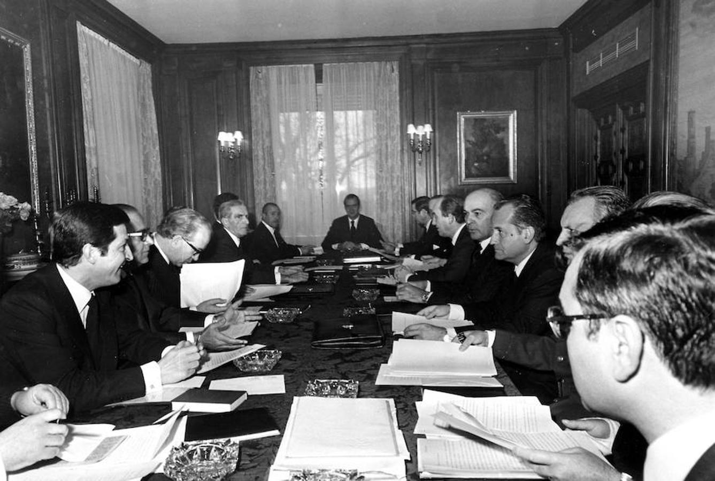 En la imagen, el primer Consejo de Ministros celebrado en el Palacio de la Zarzuela y presidido por el Rey Don Juan Carlos, en 1975