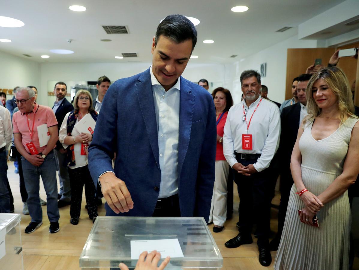 El presidente del gobierno Pedro Sánchez, acompañado de su mujer, Begoña Gómez, vota esta mañana en un colegio de la localidad madrileña de Pozuelo de Alarcón.