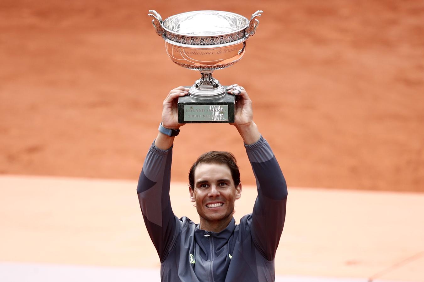 Nadal alza al cielo de París el trofeo que le acredita como ganador de Roland Garros