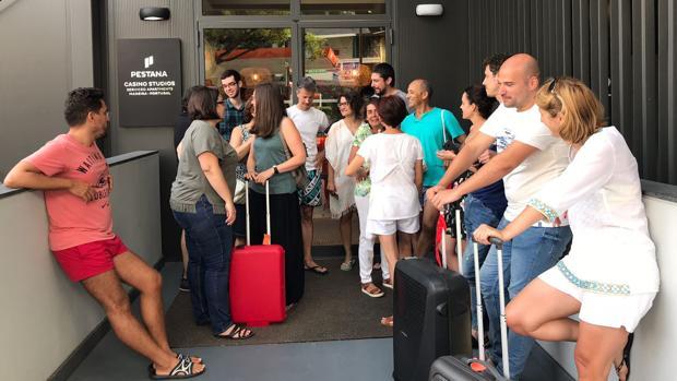 Los afectados esperan en la puerta del hotel para recibir información