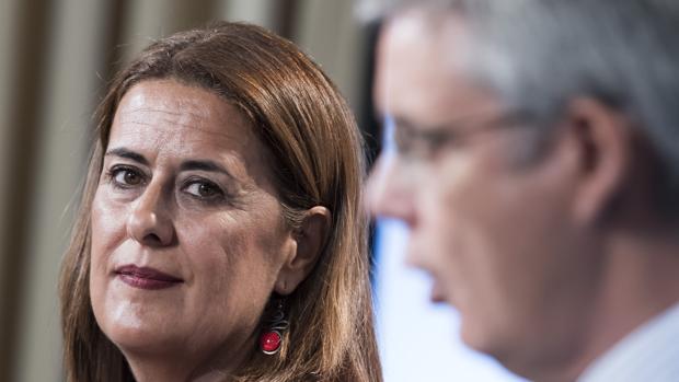 La consejera de Educación, Sonia Gaya, mira al portavoz de la Junta, Juan Carlos Blanco