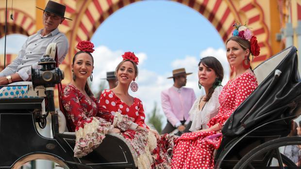 Jóvenes ataviadas para la Feria en un carruaje