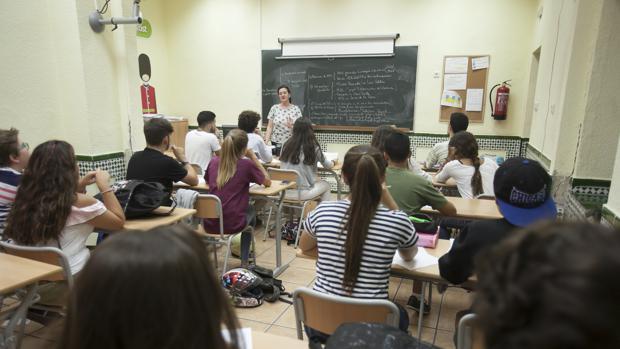 Alumnos durante una clase en un instituto