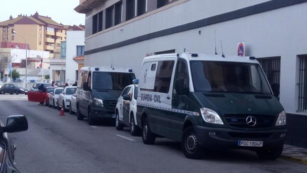 Varios furgones de la Guardia Civil, ante los juzgados de La Línea de la Concepción