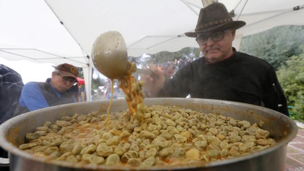 Un hombre prepara habas en la fiesta del año pasado en las Ermitas
