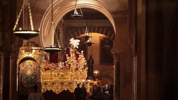 Nuestro Padre Jesús de la Redención en el interio de la Mezquita-Catedral de Córdoba