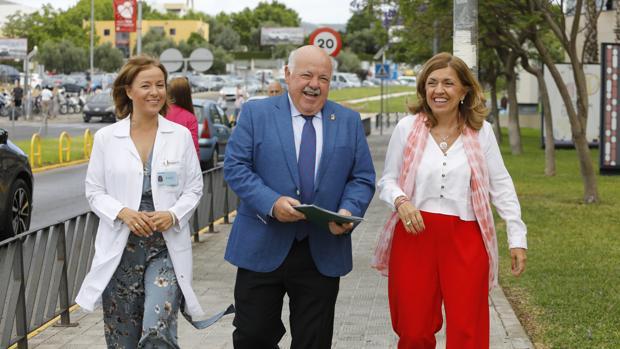 El consejero de Salud, junto a la delegada y la gerente del Reina Sofía