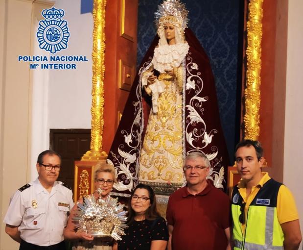 La Policía entrega a la hermandad de Jesús Rescatado la corona de la Virgen de la Amargura