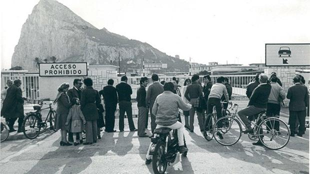 Decenas de personas, congregadas ante la Verja en La Línea de la Concepción