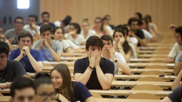 Estudiantes durante las pruebas de Selectividad
