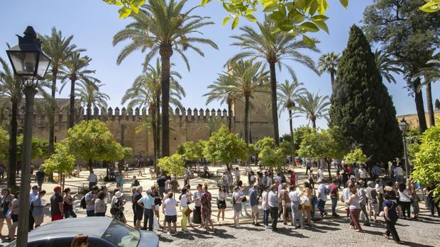 Colas de turistas en el Alcázar