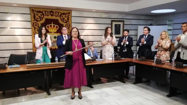 Aurora Águedo, con el bastón de mando, tras su reeleción como regidora