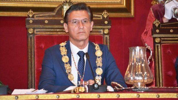 El alcalde de Granada, Luis Salvador (Cs), solo podría delegar competencias en sus cuatro ediles de los 27 que componen el pleno, una situación anómala que le convierte en el regidor más poderoso de España.