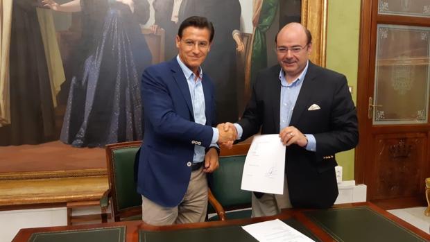 El alcalde de Ciudadanos en Granada, Luis Salvador, con el popular Sebastián Pérez.