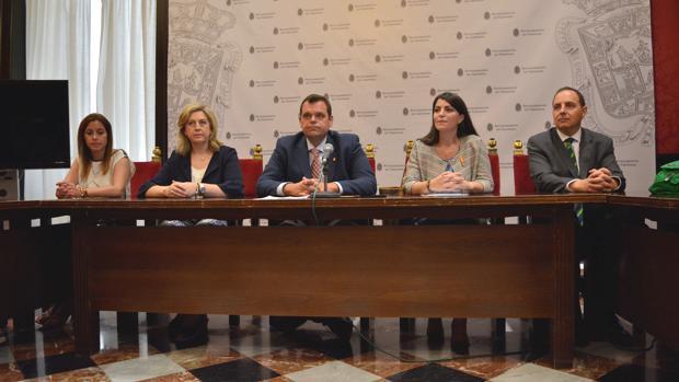 El grupo municipal de Vox en Granada, junto a la diputada Macarena Olona y el parlamentario andaluz Francisco Ocaña, esta mañana en rueda de prensa.