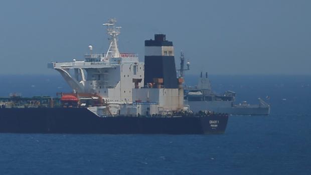 El buque «Grace 1», custodiado por la Royal Navy, en las aguas que rodean al Peñón