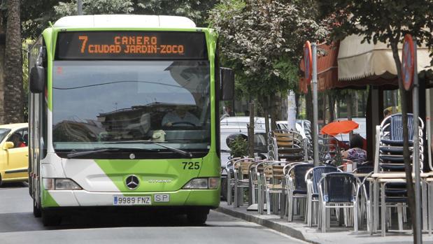 Un autobús de la línea 7 de Aucorsa circula por la ciudad