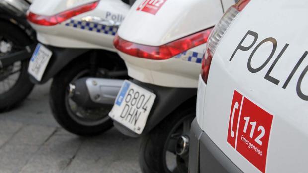 Vehículos de la policía local rotulados con el número del 112