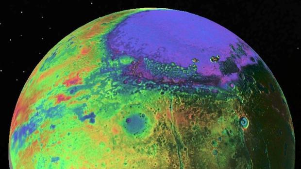 Vista de Plutón tomada por la nave New Horizons de la NASA. La topografía tiene un código de colores: morado y azul son bajos y amarillo y rojo, altos
