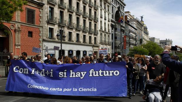 Científicos españoles se suman frente al Ministerio de Educación, en Madrid, a la marcha mundial por la ciencia