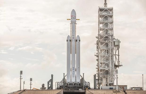 El Falcon Heavy espera el lanzamiento en la plataforma de Cabo Cañaveral