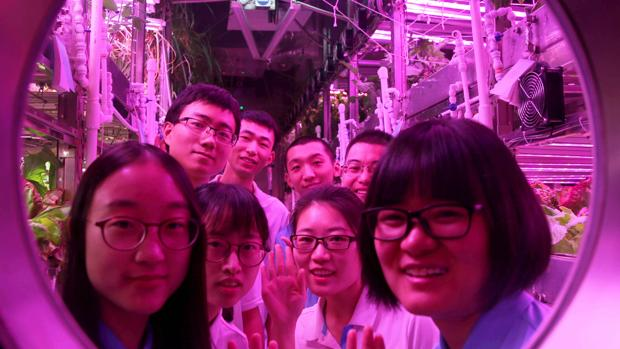 Estudiantes de biomedicina que han participado en las pruebas en el interior del «Yuegong-1» o «Palacio Lunar 1»