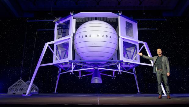 Jeff Bezos muestra el aterrizador «Blue Moon» para volver a la Luna