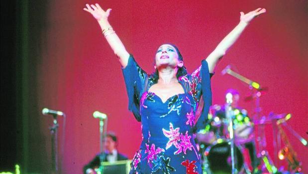 Lola Flores, durante una actuación