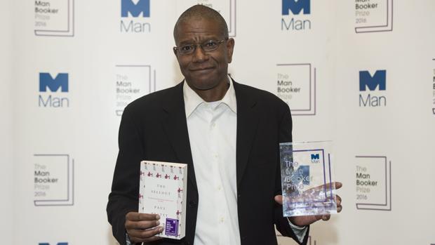 El escritor estadounidense Paul Beatty posa con la novela y el Man Booker