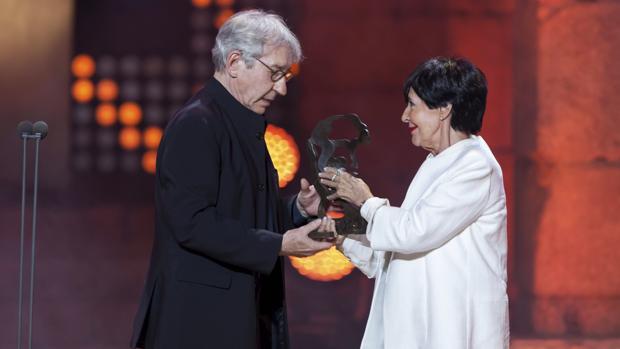 José Sacristán y Concha Velasco, en un momento de la gala de los últimos premios Ceres, en 2015