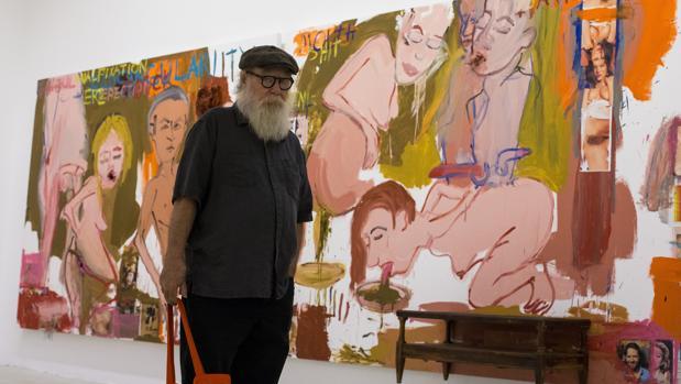 Paul McCarthy, ayer en la exposición junto a una de sus obras