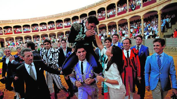 Francisco Rivera Ordóñez besa la mano de su hija mientras es sacado a hombros por Cayetano