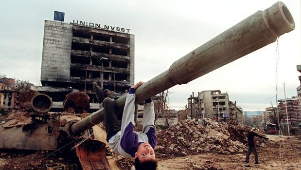 Desastres de la guerra en Bosnia-Herzegovina. Un niño juega en un tanque en Sarajevo