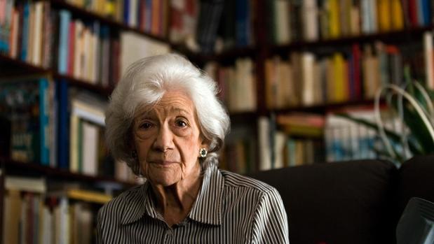 Ana María Matute, fotografiada en su casa de Barcelona durante una entrevista, en octubre de 2011