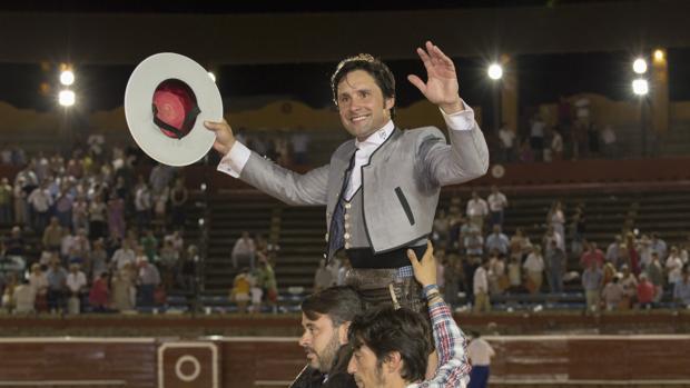 Andrés Romero, de gris, dos pinchazos y rejón