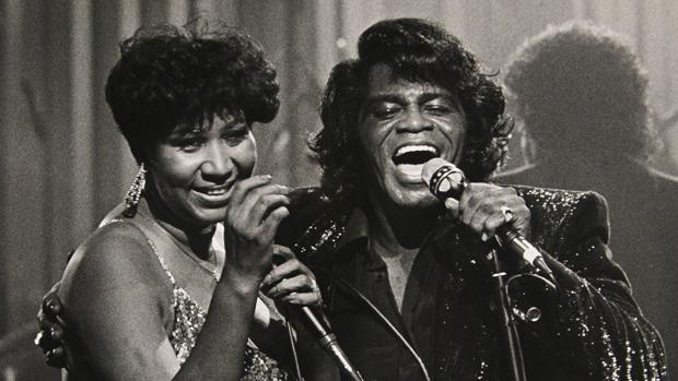 Aretha Franklin, durante una actuación con James Brown en 1987