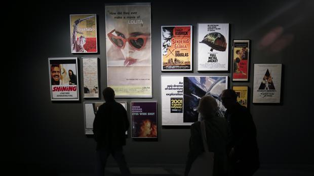 Un visitante contempla los pósters de las películas de Kubrick