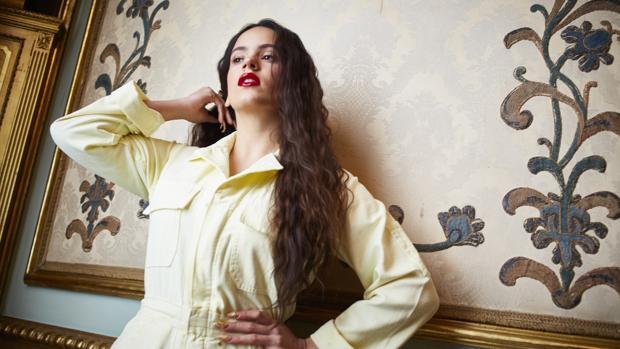 Retratos posados a la cantante Rosalía en el palacio de Santoña
