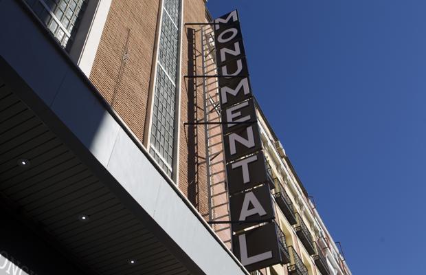 El renovado letrero de la entrada del Teatro Monumental