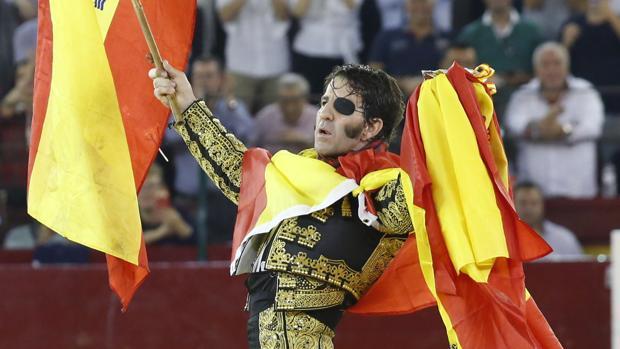 Juan José Padilla da la vuelta al ruedo envuelto en la bandera de España