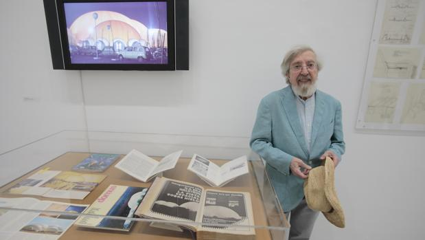 Prada Poole este jueves en la exposición junto a un ejemplar de ABC con publicidad del Hielotrón