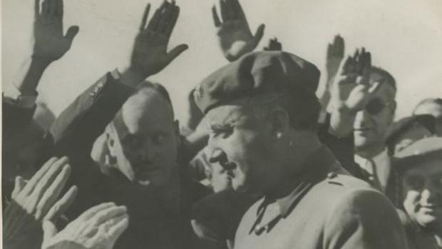 Francisco Franco saludando a la muchedumbre en el fuerte de Guadalupe, durante su visita a Irún