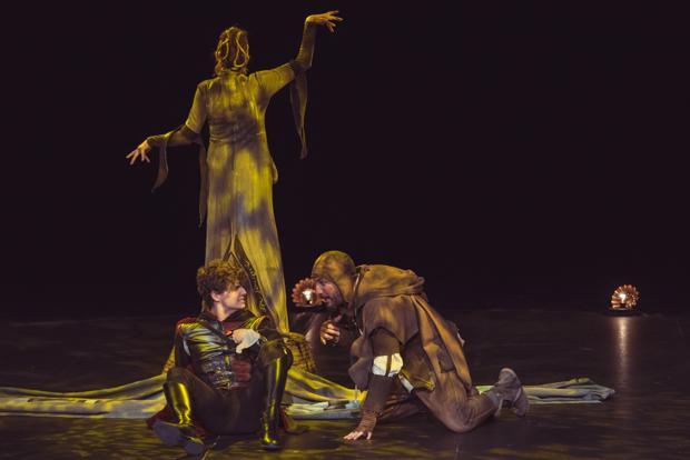Una escena de la obra «Todas hieren y una mata»