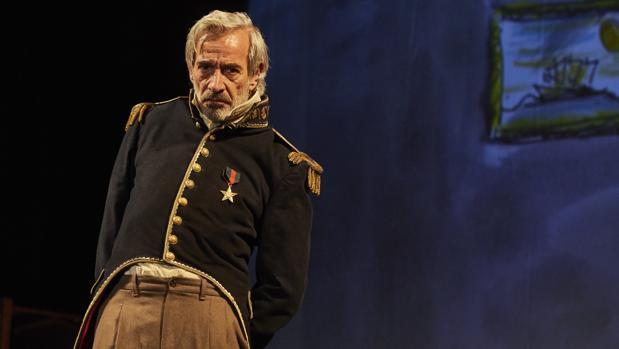 Imanol Arias caracterizado como el coronel en esta obra basada en la novela de García Márquez