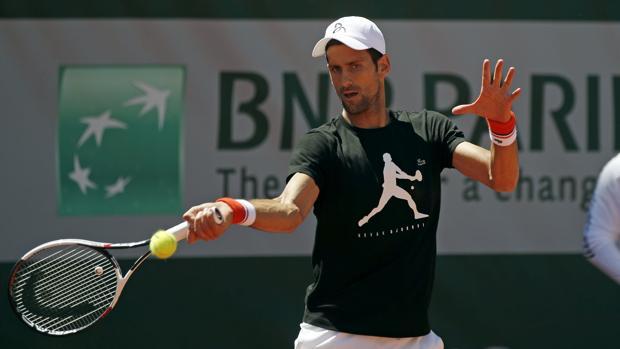 El serbio durante un entrenamiento en Roland Garros