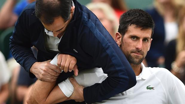 Novak Djokovic, atendido durante su partido contra Berdych