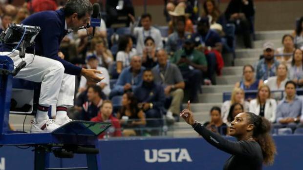 Serena Williams le recrimina al árbitro su decisión de penalizarla