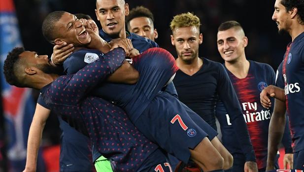 Mbappé, felicitado por sus compañeros