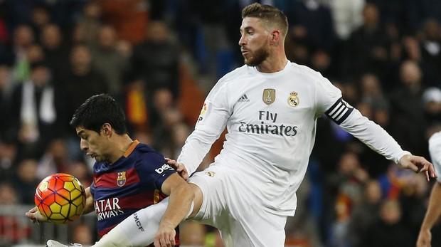 Sergio Ramos disputa un balón con Luis Suárez en un clásico del año 2015