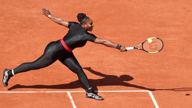 Serena Williams, con su traje terapéutico, en Roland Garros